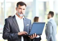 Homme d'affaires utilisant l'ordinateur portatif Images stock