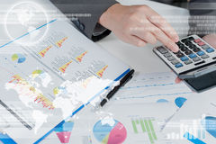 Homme d'affaires utilisant la calculatrice, mondialisation d'affaires photographie stock