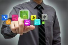 Homme d'affaires utilisant la surface adjacente d'écran tactile de technologie Images libres de droits