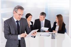 Homme d'affaires utilisant la tablette digitale photographie stock libre de droits