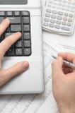 Homme d'affaires utilisant le cahier et la calculatrice Photo libre de droits
