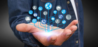 Homme d'affaires utilisant le circuit électronique numérique moderne avec des icônes Photos stock