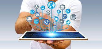 Homme d'affaires utilisant le circuit électronique numérique moderne avec les icônes o Image libre de droits