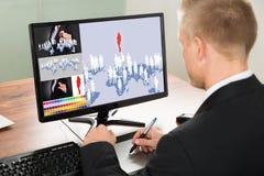 Homme d'affaires utilisant le comprimé graphique Image libre de droits