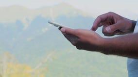 Homme d'affaires utilisant le fonctionnement en ligne d'achats de tablette banque de vidéos