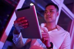 Homme d'affaires utilisant le PC de tablette images libres de droits