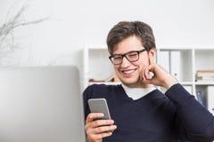 Homme d'affaires utilisant le portable Photo stock