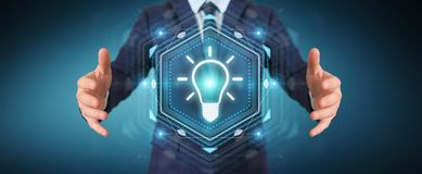 Homme d'affaires utilisant le rendu de l'interface 3D d'idée d'ampoule Photos libres de droits