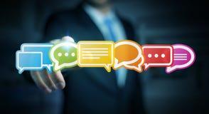 Homme d'affaires utilisant le rendu plat coloré des icônes 3D de conversation Images stock