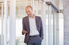 Homme d'affaires utilisant le smartphone au bureau Photos stock