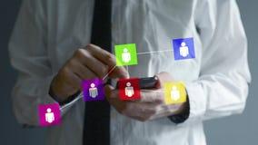 Homme d'affaires utilisant le smartphone pour la mise en réseau sociale. Mains mettant en rouleau et attachant du ruban adhésif à