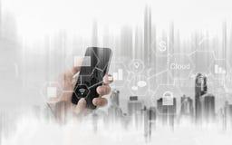 Homme d'affaires utilisant le téléphone intelligent mobile, technologie d'application de connexion réseau photographie stock libre de droits
