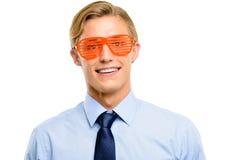 Homme d'affaires utilisant les lunettes de soleil idiotes d'isolement sur le backgrou blanc Images stock