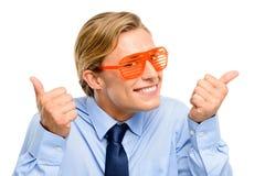 Homme d'affaires utilisant les lunettes de soleil idiotes d'isolement sur le backgrou blanc Photographie stock libre de droits