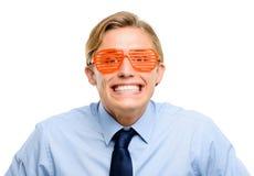 Homme d'affaires utilisant les lunettes de soleil idiotes d'isolement sur le backgrou blanc Photo stock