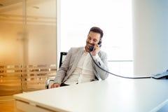 Homme d'affaires utilisant parler au téléphone dans le bureau photos libres de droits