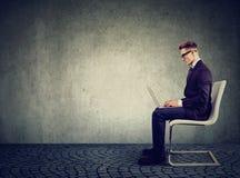 Homme d'affaires utilisant son ordinateur portable Photos libres de droits