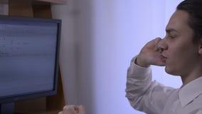 Homme d'affaires utilisant son téléphone intelligent - cheminement du tir banque de vidéos