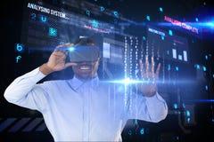 Homme d'affaires utilisant un casque de réalité virtuelle sur le fond de matrice image libre de droits