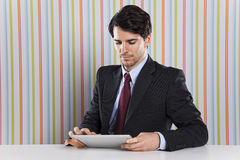 Homme d'affaires utilisant un dispositif de comprimé Photo stock