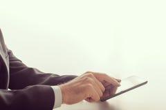 Homme d'affaires utilisant un dispositif de comprimé Images stock