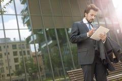 Homme d'affaires utilisant un ordinateur portable extérieur image stock