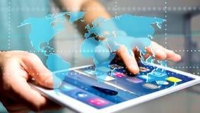 Homme d'affaires utilisant un smartphone avec une carte reliée du monde - 3d r Image libre de droits