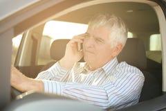 Homme d'affaires utilisant un téléphone, se reposant dans la voiture Photo stock