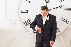 Homme d'affaires vérifiant le temps sur sa montre image libre de droits