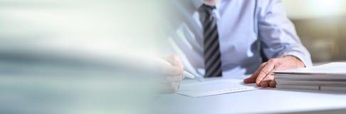 Homme d'affaires v?rifiant un document Drapeau panoramique images libres de droits