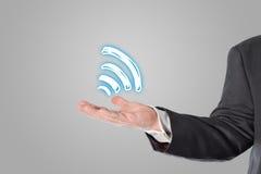 Homme d'affaires, vendeur, symbole de wifi dans la main Photo stock