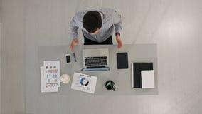Homme d'affaires Videoconferencing On Computers au bureau Vue supérieure photo libre de droits