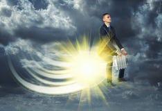 Homme d'affaires volant loin sur l'ampoule allumée Photos stock