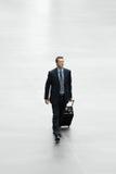 Homme d'affaires voyageant avec le concept international de voyage de chariot Images stock
