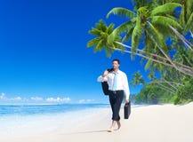 Homme d'affaires Walking Along le concept tropical de plage image stock