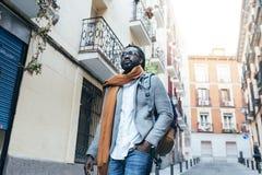 Homme d'affaires Walking dans la rue Images stock