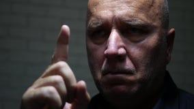 Homme d'affaires Warning Pointing de renversement avec le doigt clips vidéos