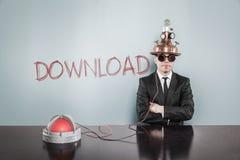 Homme d'affaires Wearing Futuristic Helmet par le texte de téléchargement sur le mur Images stock