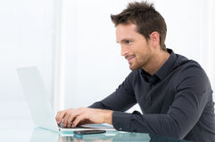 Homme d'affaires Working On Laptop Photo stock