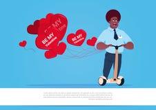 Homme d'afro-américain avec les ballons à air en forme de coeur montant le scooter électrique Valentine Day Concept heureux Images stock
