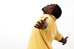 Homme d'Afro-américain avec les bras ouverts photos stock