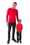 Homme d'afro-américain avec son petit garçon d'isolement sur le backg blanc images libres de droits