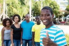 Homme d'afro-américain montrant le pouce avec le groupe de personnes d'Afr Photographie stock libre de droits