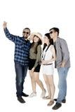 Homme d'Afro avec des amis à l'aide d'un smartphone Photos stock