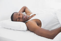 Homme d'Afro dormant dans le lit Photos libres de droits