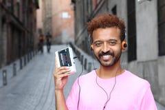 Homme d'Afro employant le rétro lecteur de cassettes stéréo Photo stock