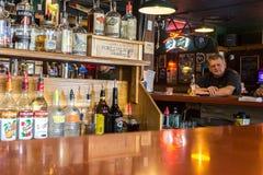 Homme d'Alaska ayant une bière dans Haines Photo libre de droits