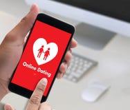 Homme d'amour de match de datation et femme en ligne et un coeur, Internet DA Images libres de droits