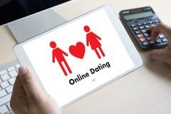 Homme d'amour de match de datation et femme en ligne et un coeur, Internet DA Image libre de droits