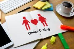 Homme d'amour de match de datation et femme en ligne et un coeur, Internet DA Image stock